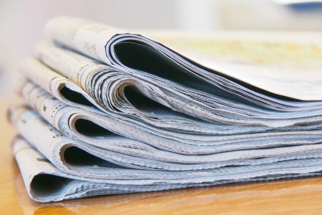 積まれた新聞紙