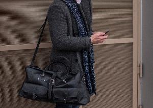 通販で高級・良質な革の鞄を提供する「銀座タニザワ」が教える!肩への負担を軽減する鞄の持ち方